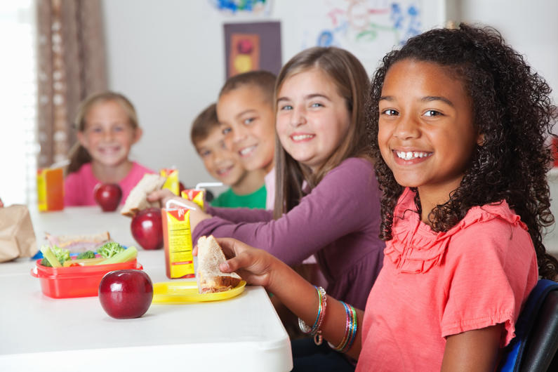 children eating fruits and vegetables at school